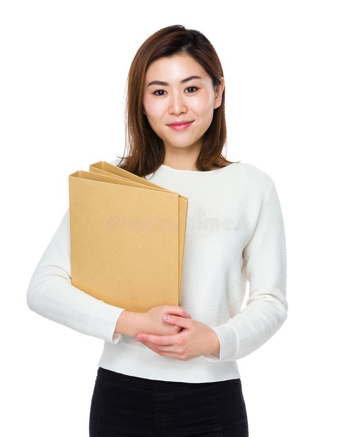 Νέα λαβή γυναικών με το φάκελλο στοκ φωτογραφία με δικαίωμα ελεύθερης χρήσης