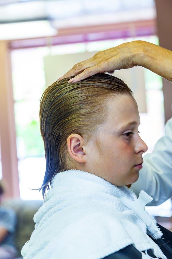 Download Νέα αγόρια στον κομμωτή στοκ εικόνες. εικόνα από hairstyle - 62721058