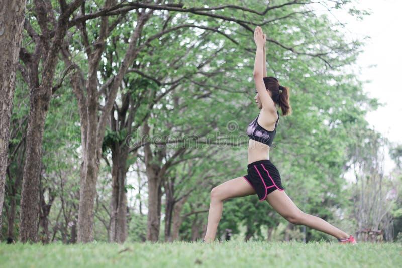 Νέα αθλήτρια stretchin στο πάρκο στοκ εικόνα
