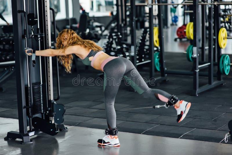Νέα αθλητική γυναίκα στη γυμναστική στοκ εικόνες με δικαίωμα ελεύθερης χρήσης