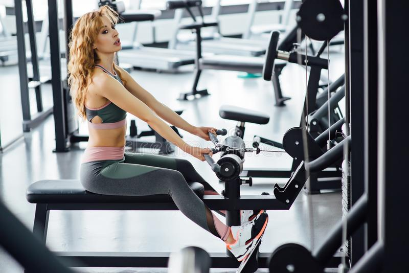 Νέα αθλητική γυναίκα στη γυμναστική στοκ φωτογραφίες με δικαίωμα ελεύθερης χρήσης