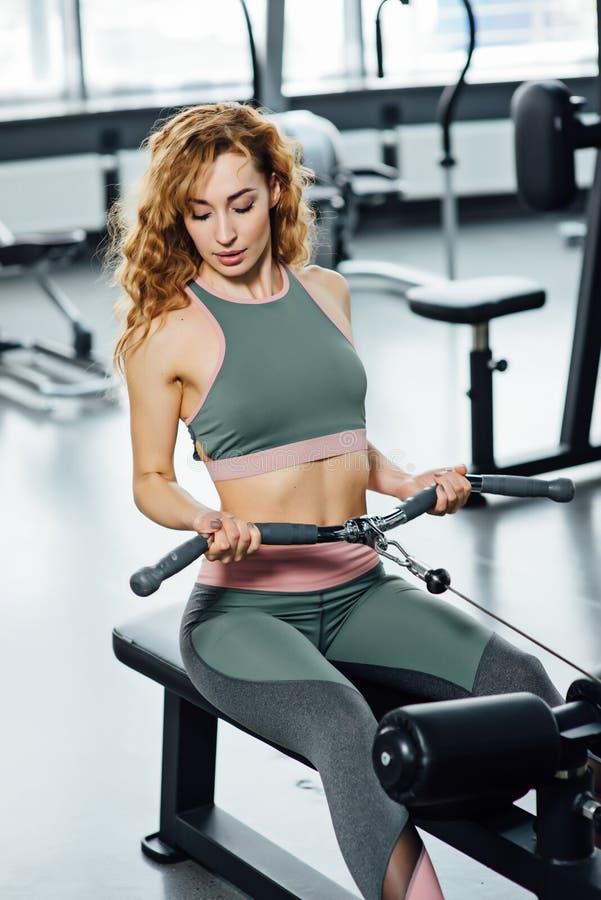 Νέα αθλητική γυναίκα στη γυμναστική στοκ εικόνα