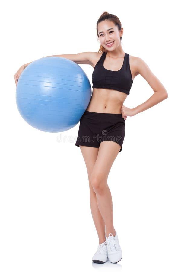 Νέα αθλήτρια που κάνει τις ασκήσεις με τη σφαίρα ικανότητας στοκ εικόνες
