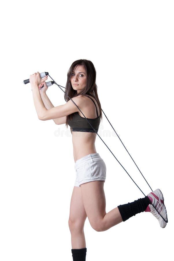 Νέα αθλητική γυναίκα που κρατά μια σειρά με τον ελαστικό επίδεσμο στοκ φωτογραφία