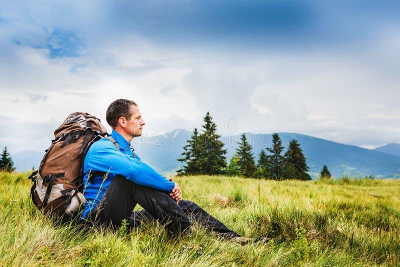 Νέα αθλητική οδοιπορία οδοιπόρων στα βουνά στοκ εικόνες με δικαίωμα ελεύθερης χρήσης