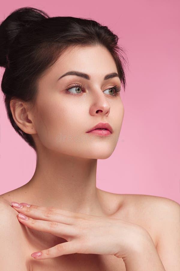 Νέα αισθησιακή γυναίκα με το τρυφερό δέρμα στοκ εικόνα