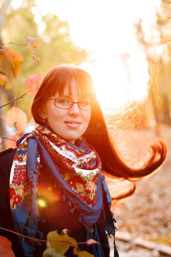 Νέα αισιόδοξη γυναίκα με τη μακριά όμορφη τρίχα στοκ εικόνες