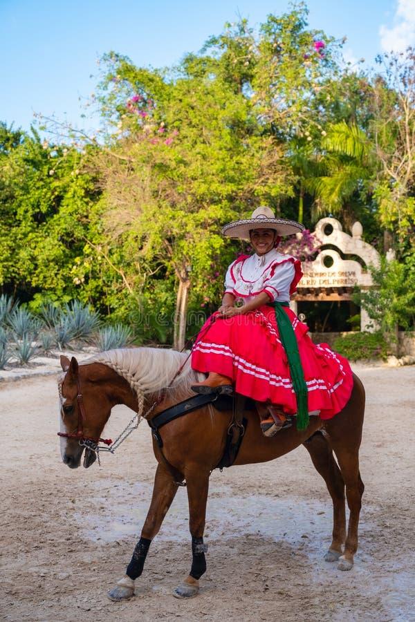 Νέα Αμαζώνα που οδηγά ένα καθαρής φυλής άλογο στο πάρκο XCaret στο Μεξικό στοκ εικόνες