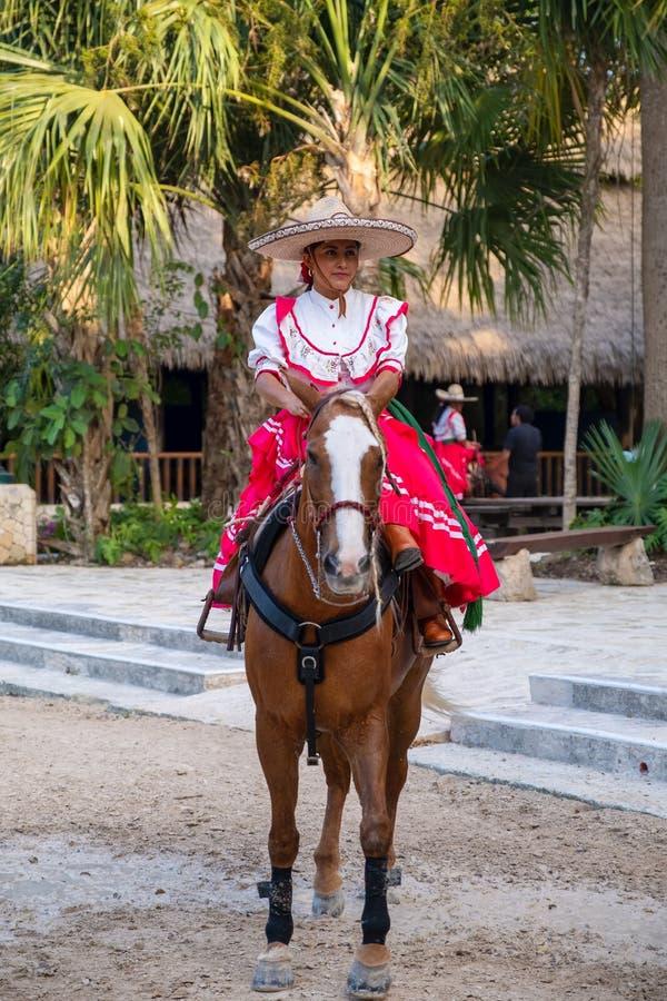 Νέα Αμαζώνα που οδηγά ένα καθαρής φυλής άλογο στο πάρκο XCaret στο Μεξικό στοκ εικόνες με δικαίωμα ελεύθερης χρήσης