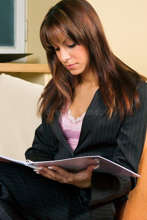 Νέα ανάγνωση γυναικών στοκ εικόνες