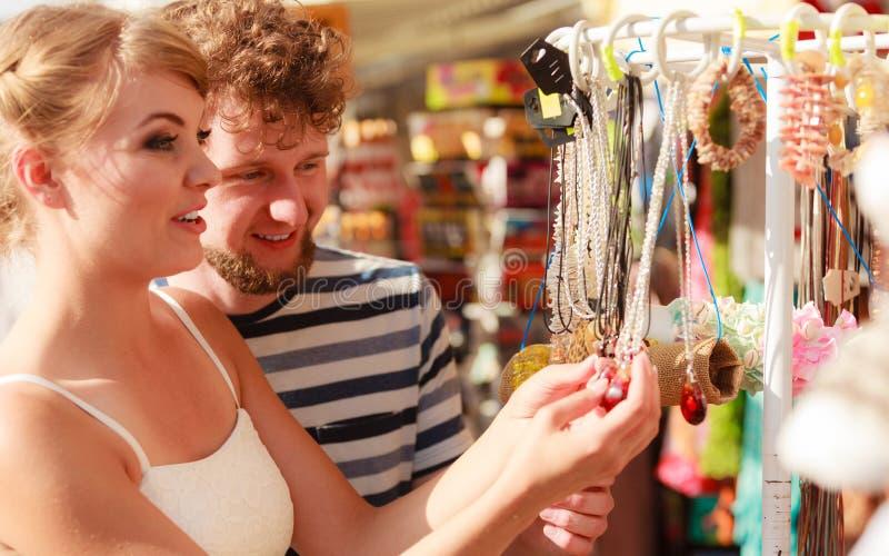 Νέα αναμνηστικά αγοράς ζευγών υπαίθρια στοκ εικόνα