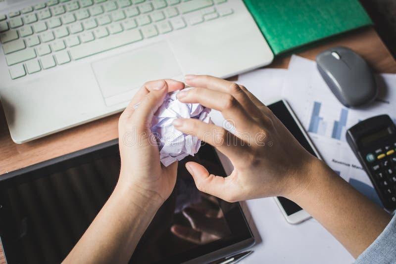Νέα ανησυχία γυναικών για την εργασία της στοκ φωτογραφία με δικαίωμα ελεύθερης χρήσης