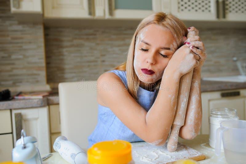νέα απελπισμένη νοικοκυρά στην κουζίνα της στοκ εικόνες