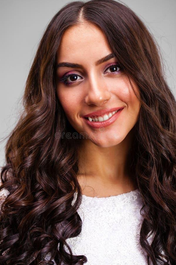 Νέα αραβική γυναίκα στο άσπρο προκλητικό φόρεμα στοκ εικόνες