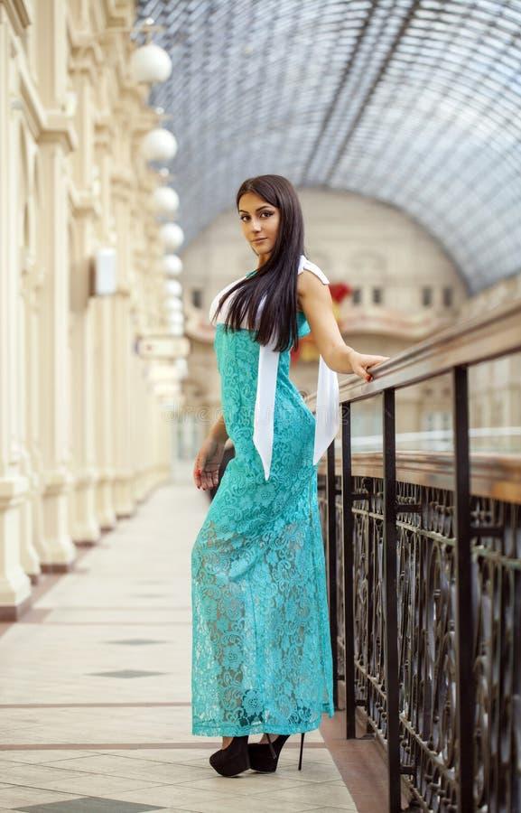 Νέα αραβική γυναίκα στο μακρύ πράσινο φόρεμα στο κατάστημα στοκ εικόνα