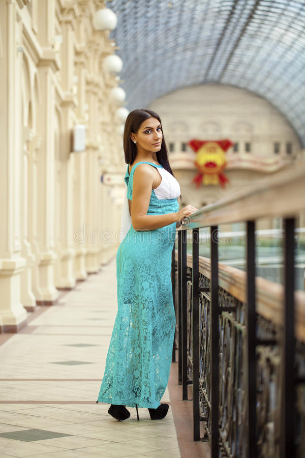 Νέα αραβική γυναίκα στο μακρύ πράσινο φόρεμα στο κατάστημα στοκ φωτογραφίες