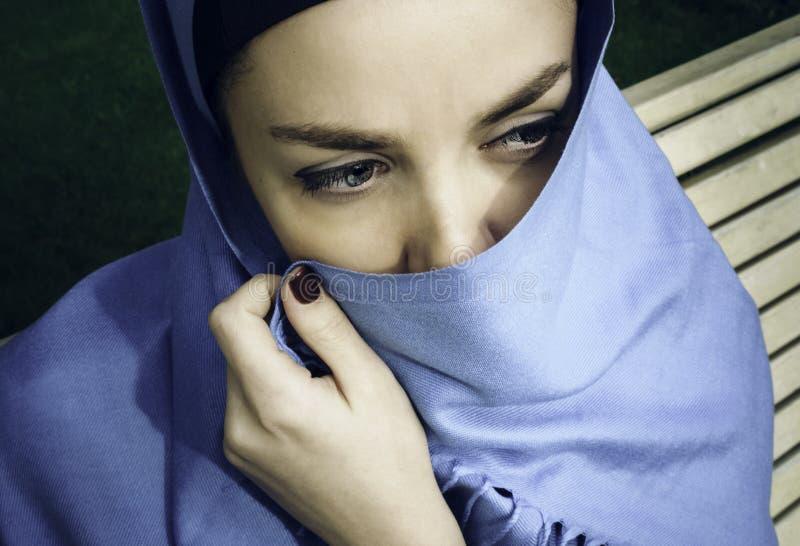 Νέα αραβική γυναίκα στο hijab yashmak στοκ εικόνα