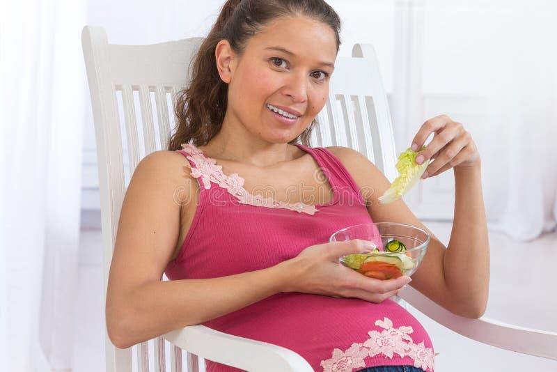 Νέα ασιατική έγκυος γυναίκα που τρώει τη φρέσκια σαλάτα στοκ εικόνα με δικαίωμα ελεύθερης χρήσης