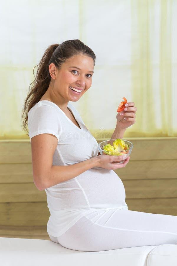 Νέα ασιατική έγκυος γυναίκα που τρώει τη φρέσκια σαλάτα στοκ φωτογραφία με δικαίωμα ελεύθερης χρήσης