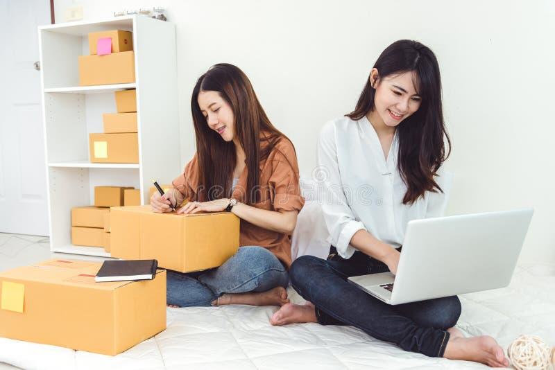 Νέα ασιατική αποθήκη εμπορευμάτων διανομής ΜΜΕ επιχειρηματιών μικρών επιχειρήσεων ξεκινήματος γυναικών με την ταχυδρομική θυρίδα  στοκ φωτογραφία με δικαίωμα ελεύθερης χρήσης