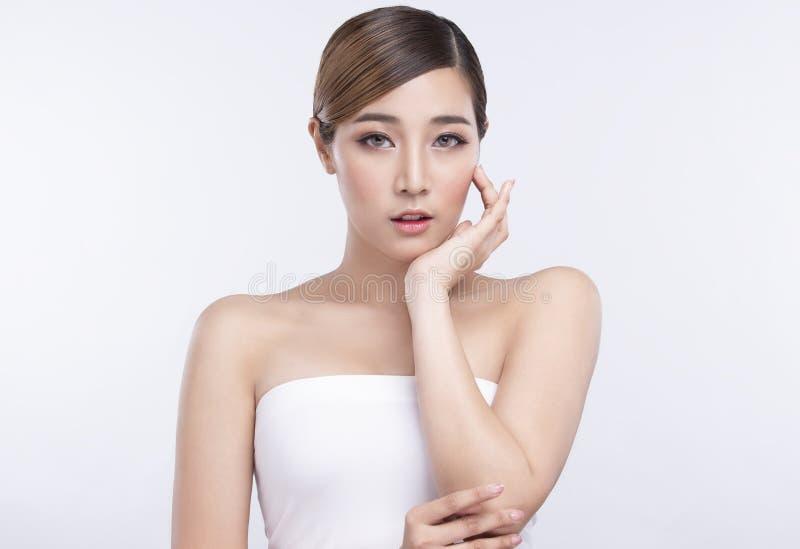 Νέα ασιατική γυναίκα ομορφιάς με το τέλειο του προσώπου δέρμα Χειρονομίες για τη διαφήμιση treatment spa και cosmetology στοκ φωτογραφίες με δικαίωμα ελεύθερης χρήσης