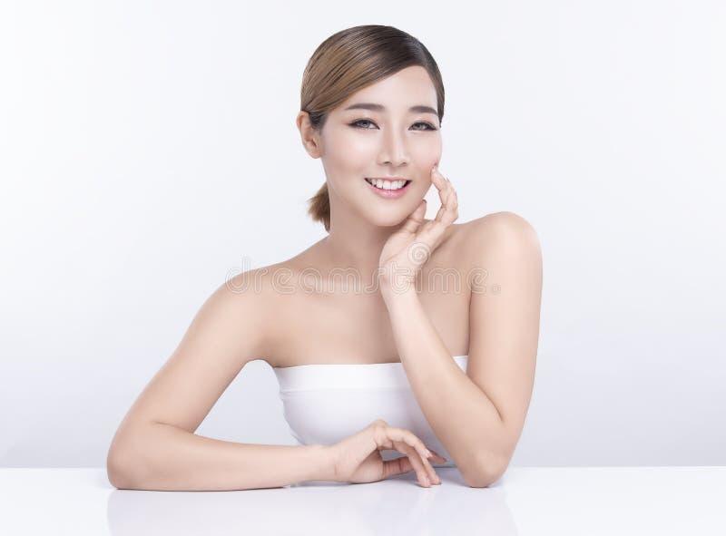 Νέα ασιατική γυναίκα ομορφιάς με το τέλειο του προσώπου δέρμα Χειρονομίες για τη διαφήμιση treatment spa και cosmetology στοκ εικόνες