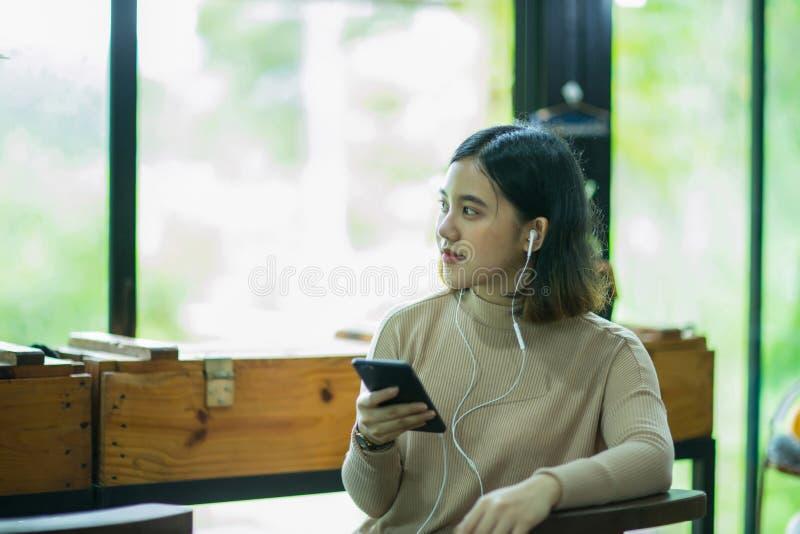 Νέα ασιατική γυναίκα που μιλά στο τηλέφωνο στοκ φωτογραφίες με δικαίωμα ελεύθερης χρήσης