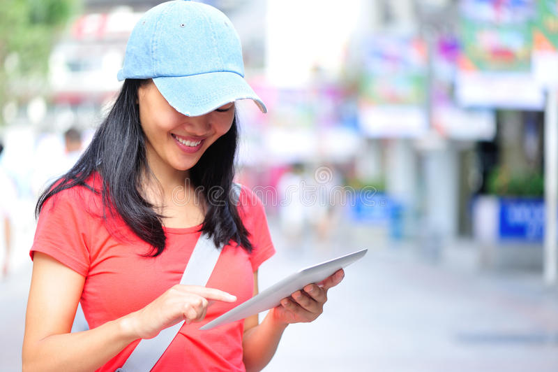 Νέα ασιατική γυναίκα που χρησιμοποιεί το έξυπνο τηλέφωνό της υπαίθριο στοκ εικόνα με δικαίωμα ελεύθερης χρήσης