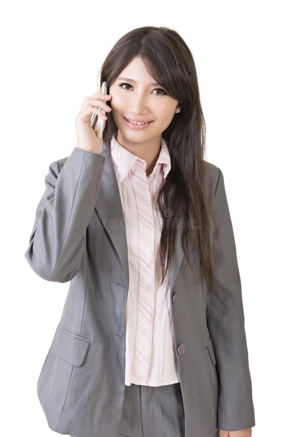 Νέα ασιατική επιχειρηματίας που μιλά με το κινητό τηλέφωνο στοκ φωτογραφίες