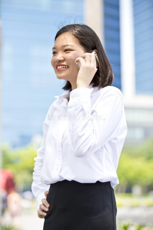 Νέα ασιατική θηλυκή εκτελεστική ομιλία στο τηλέφωνο στοκ φωτογραφία με δικαίωμα ελεύθερης χρήσης