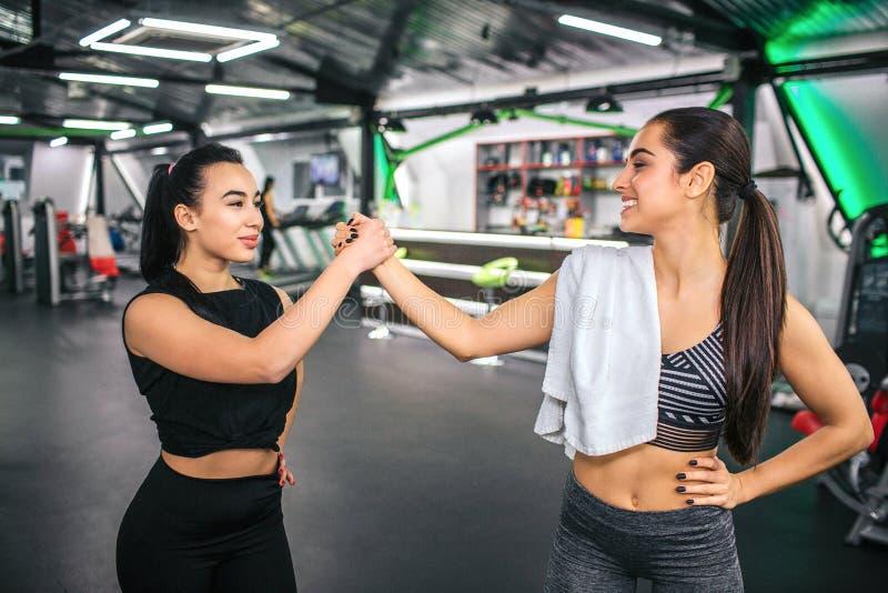 Νέα ασιατική και ευρωπαϊκή στάση γυναικών μπροστά από μεταξύ τους και λαβής τα χέρια από κοινού Έχουν το υπόλοιπο μετά από να ασκ στοκ φωτογραφίες με δικαίωμα ελεύθερης χρήσης