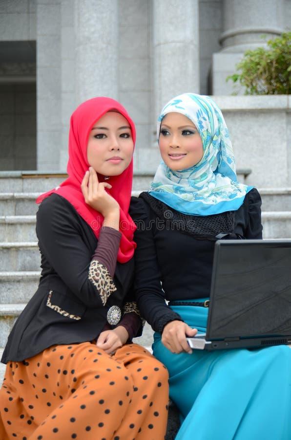 Νέα ασιατική μουσουλμανική γυναίκα στην επικεφαλής κυματωγή Διαδίκτυο μαντίλι στοκ εικόνα με δικαίωμα ελεύθερης χρήσης