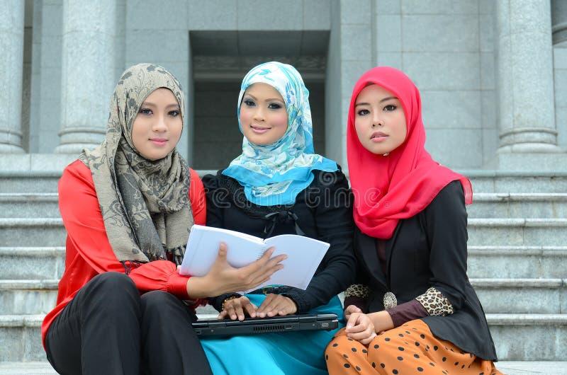 Νέα ασιατική μουσουλμανική γυναίκα στην επικεφαλής μελέτη μαντίλι από κοινού στοκ φωτογραφίες με δικαίωμα ελεύθερης χρήσης