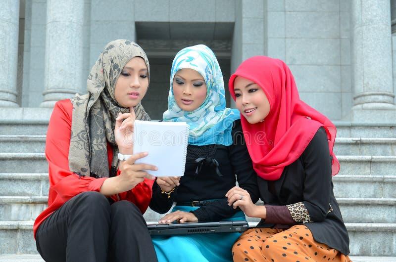 Νέα ασιατική μουσουλμανική γυναίκα στις επικεφαλής πληροφορίες αναζήτησης μαντίλι πολυάσχολες στοκ φωτογραφία με δικαίωμα ελεύθερης χρήσης