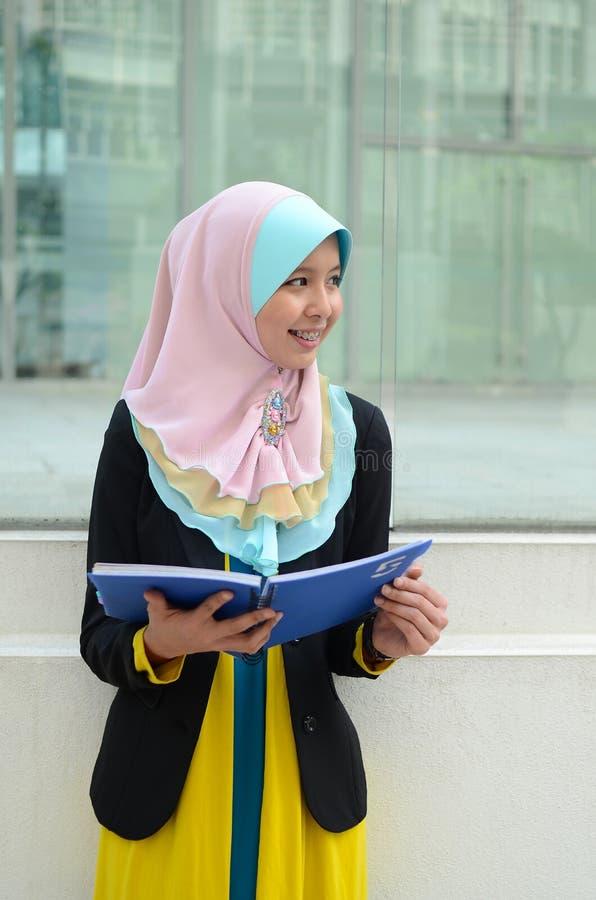 Νέα ασιατική μουσουλμανική γυναίκα στο επικεφαλής μαντίλι στοκ φωτογραφία