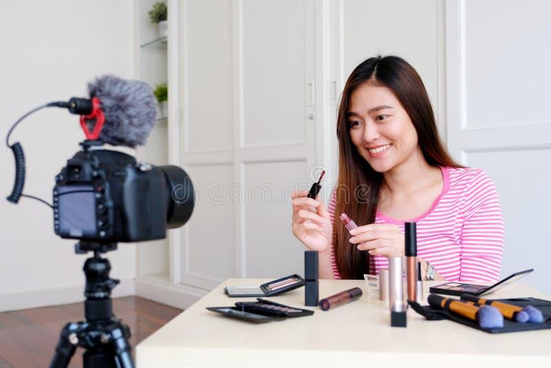 Νέα ασιατική ομορφιά γυναικών blogger που παρουσιάζει καλλυντικό καταγράφοντας πώς να αποτελέσει το τηλεοπτικό σεμινάριο από τη κ στοκ εικόνες