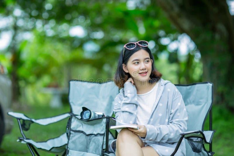 Νέα ασιατική χαλάρωση κοριτσιών στον κήπο στοκ εικόνα με δικαίωμα ελεύθερης χρήσης