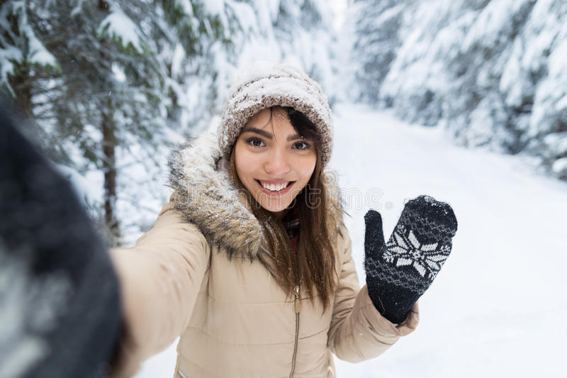 Νέα ασιατική όμορφη κάμερα χαμόγελου γυναικών που παίρνει τη φωτογραφία Selfie στο δασικό κορίτσι χειμερινού χιονιού υπαίθρια στοκ εικόνες με δικαίωμα ελεύθερης χρήσης