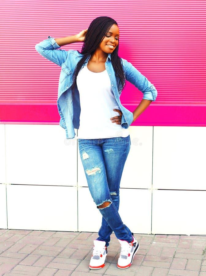 Νέα αφρικανική γυναίκα στην πόλη πέρα από το ροζ στοκ εικόνα με δικαίωμα ελεύθερης χρήσης