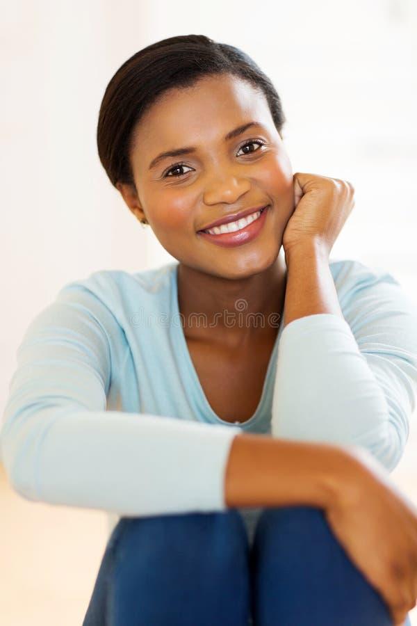 Νέα αφρικανική χαλάρωση γυναικών στοκ φωτογραφία