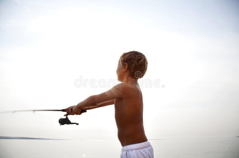 Νέα αλιεία ψαράδων καταρχάς ελαφριά το πρωί στοκ εικόνα