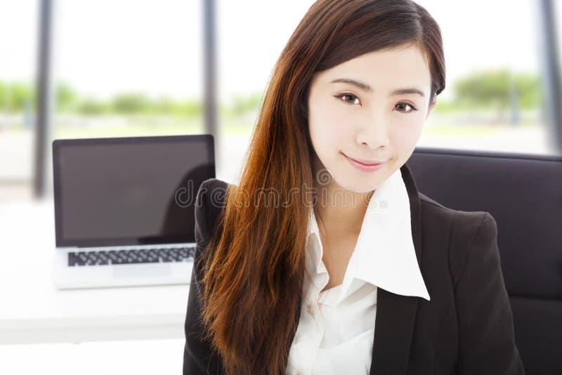 Νέα βέβαια συνεδρίαση επιχειρηματιών στο γραφείο της στοκ εικόνες