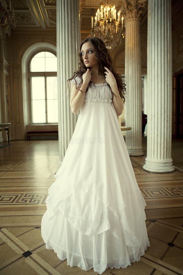 Νέα βικτοριανή κυρία στο άσπρο φόρεμα στοκ εικόνες