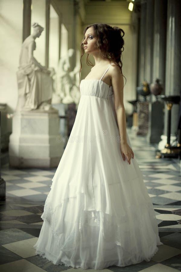 Νέα βικτοριανή κυρία στο άσπρο φόρεμα στοκ εικόνα με δικαίωμα ελεύθερης χρήσης