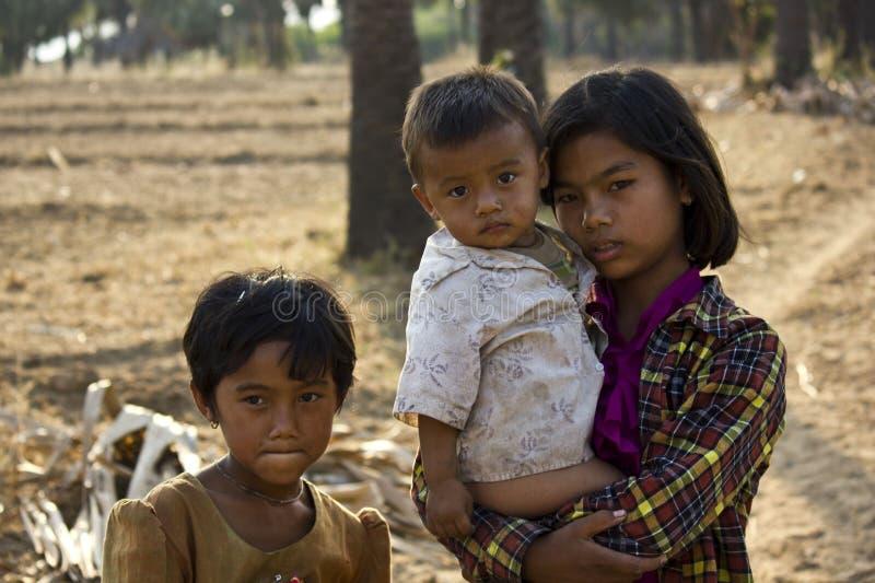 Νέα βιρμανίδα οικογένεια Αδελφός και αδελφές στοκ εικόνες