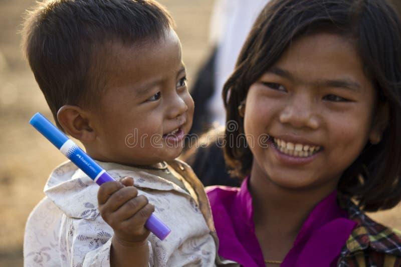 Νέα βιρμανίδα οικογένεια χαμόγελο αδελφών αδελφώ στοκ εικόνες με δικαίωμα ελεύθερης χρήσης