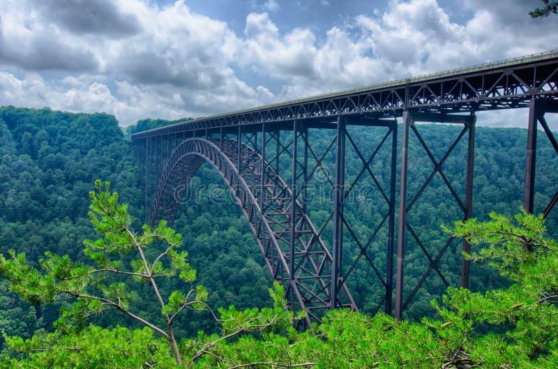 Νέα γέφυρα φαραγγιών ποταμών της δυτικής Βιρτζίνια που φέρνει τις ΗΠΑ 19 άνω του γ στοκ φωτογραφία με δικαίωμα ελεύθερης χρήσης