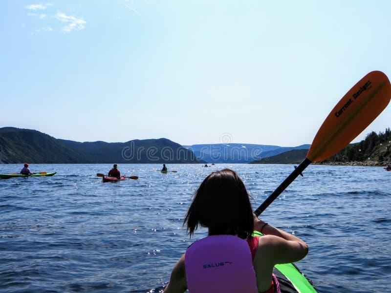 Νέα γη και Λαμπραντόρ, Καναδάς - 20 Ιουλίου 2014: Μια ομάδα kayakers που εξερευνά τα όμορφα νερά στον κόλπο Bonne στοκ εικόνες με δικαίωμα ελεύθερης χρήσης