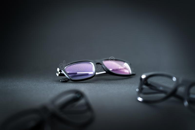 Νέα γυαλιά και διαφορετικές επιλογές θεαμάτων στον πίνακα στοκ φωτογραφίες