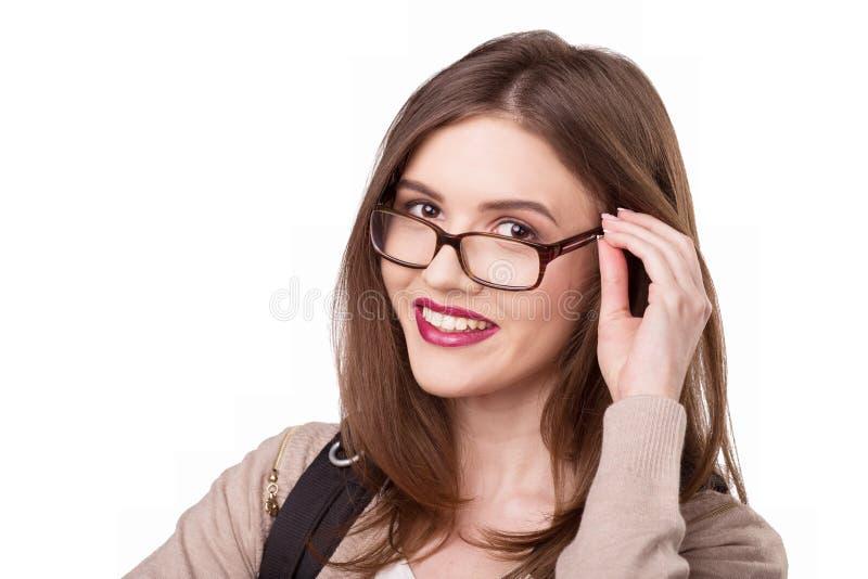 Νέα γυαλιά ένδυσης γυναικών χαμόγελου στοκ φωτογραφία